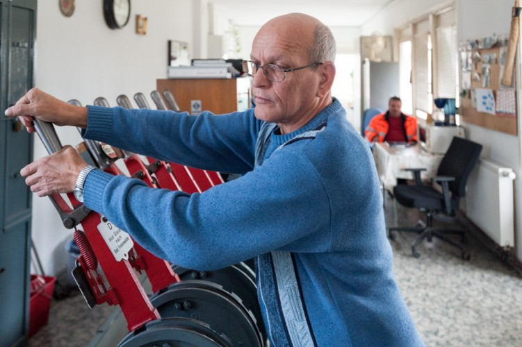 Weichen- und Schrankenwärter Burkhard Winter im Stellwerk Wriezen