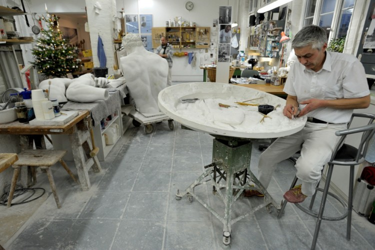 Gipskunstformer bei der Arbeit in der Werkstatt der Gipsformerei