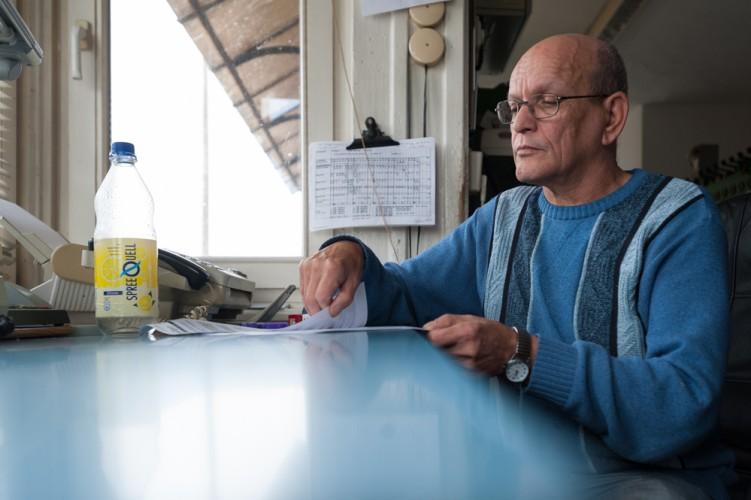 Schrankenwärter Burkhard Winter macht eine kurze Pause im Stellwerk Wriezen