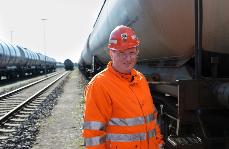 Bernd Smuda, Wagenmeister bei der Deutschen Bahn, an einem Güterzug mit Kesselwagen