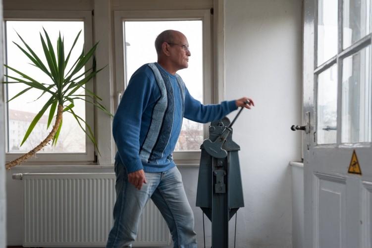 Mit einer Handkurbel hebt oder senkt Schrankenwärter Burkhard Winter die Schranke