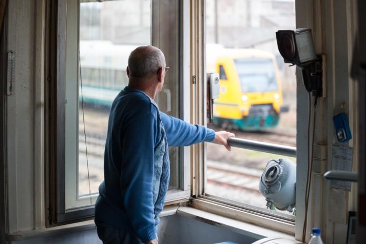 Burkhard Winter, Schrankenwärter bei der Deutschen Bahn, blickt aus seinem Stellwerk