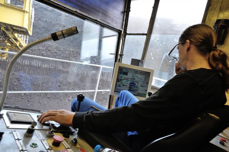 Baggerfahrer Jörg Bahr kontrolliert die Kohleförderung auf einem Computermonitor