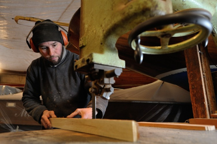 Bootsbauer Sebastian Hoffmann arbeitet an der Stichsäge