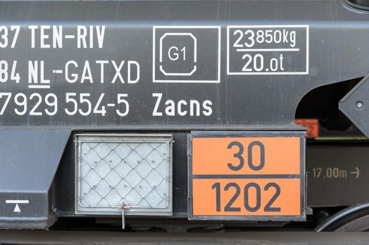 Gefahrgut-Warntafel an einem Kesselwagen mit den Ziffern 30/1202 für Heizöl/Diesel