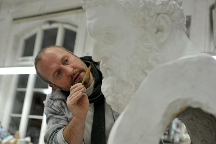 Gipfkunstformer Sandro Di Michele arbeitet an einer Herakles-Statue