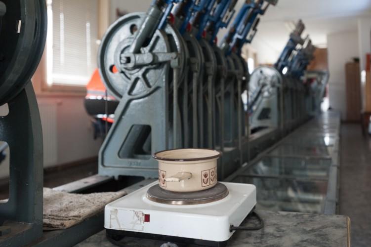 Kochplatte zwischen Weichenstellhebeln im Stellwerk Wriezen