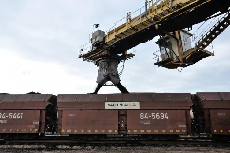 Der Schaufelradbagger lädt die frisch geförderte Braunkohle in eine Grubenbahn