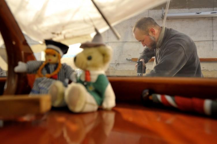 Bootsbauer Sebastian Hoffmann restauriert das Teak-Deck eines Motorbootes