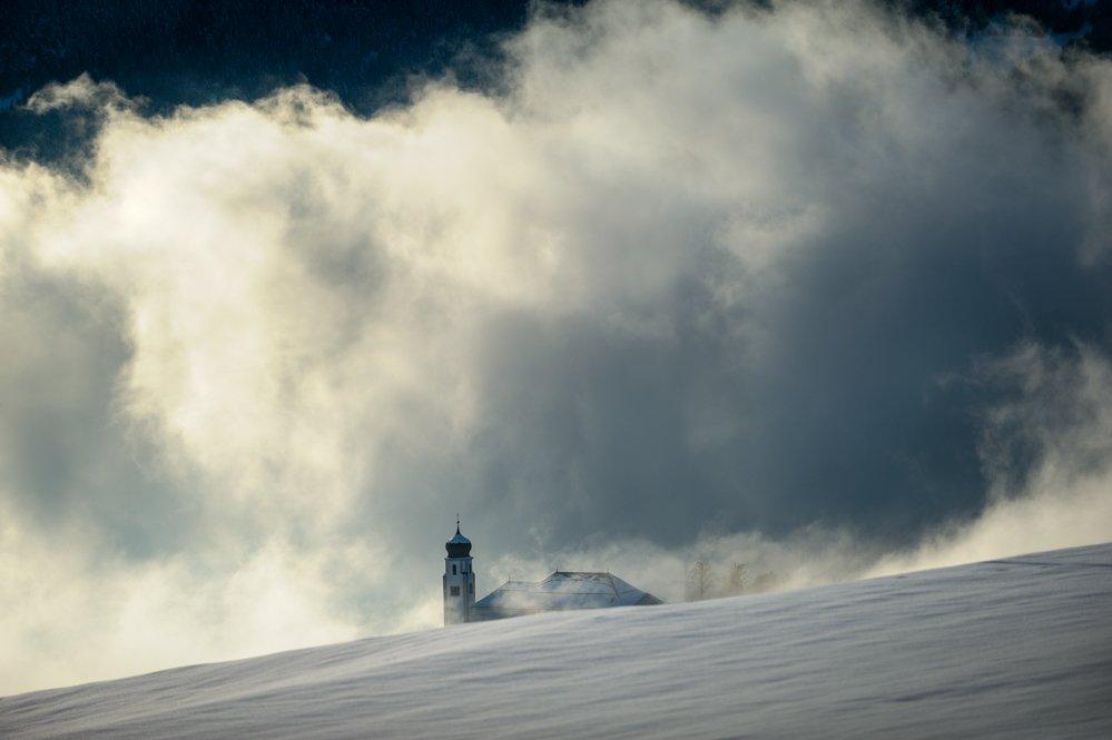 Kirche von Lajen im Südtiroler Eisacktal bei Schnee im Winter