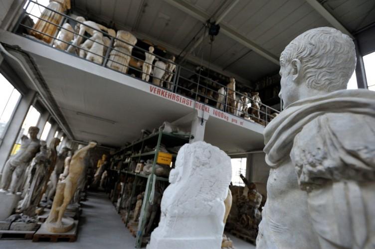Mastermodelle antiker Gottheiten im Lager der Berliner Gipsformerei