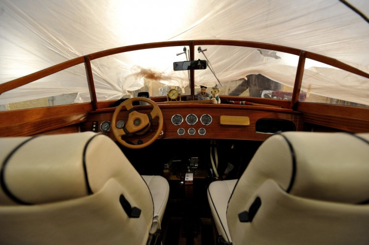 Cockpit eines Holz-Motorbootes, Bootswerft Sebastian Hoffmann