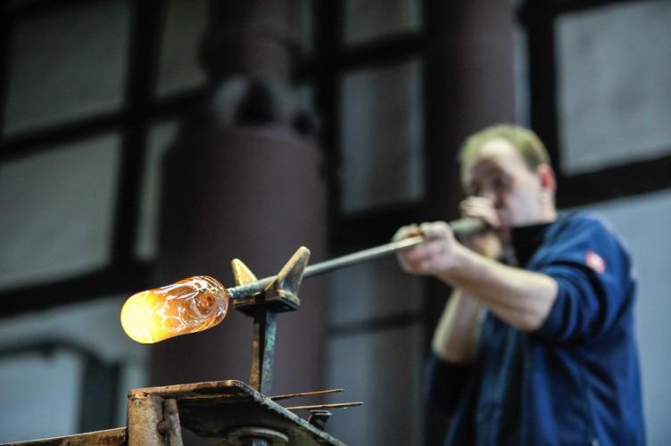 Glasmacher Patrick Damm bei der Arbeit