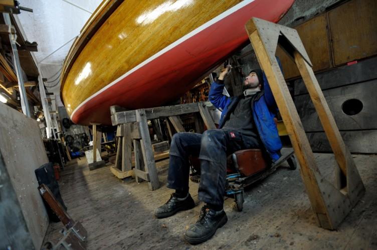 Bootsbauer Sebastian Hoffmann restauriert ein Holzboot in seiner Werkstatt