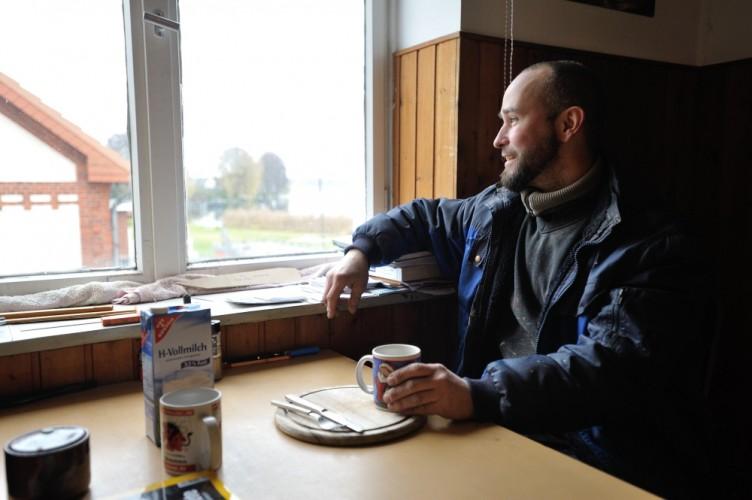 Bootsbauer Sebastian Hoffmann in der Küche seiner Werkstatt in Berlin