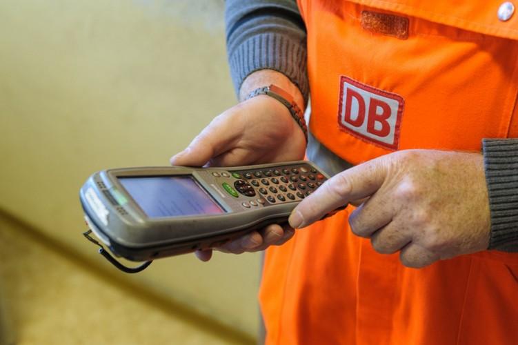 Wagenmeister Bernd Smuda benutzt für die Zugabfertigung einen Handcomputer