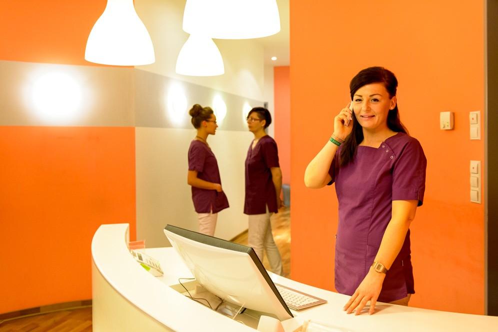 Arzthelferinnen am Empfang einer Zahnarztpraxis