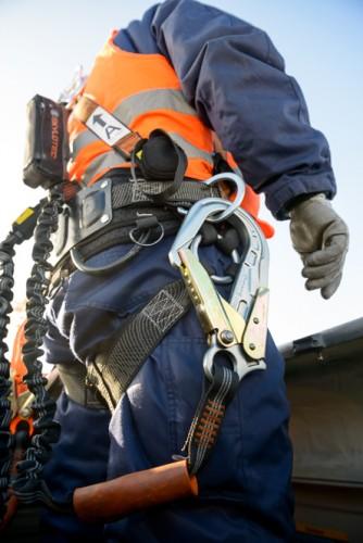 Mit schwerer Kletterausrüstung geht es hoch auf die Windkraftanlage