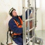 Aufstieg auf der 140 Meter langen Leiter im Turm des Windrades, Windpark Wahlsdorf