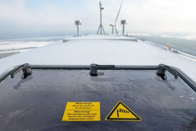 Wer auf das Dach des Windrades steigen will, muss durch ein Fangseil gesichert sein