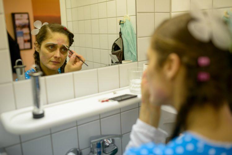 Klinikclown Hella Propella betont ihre Augenbrauen