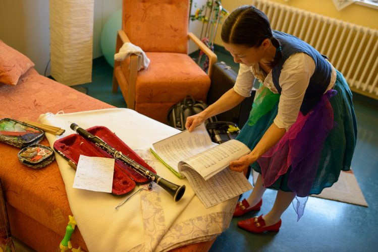 Klinikclown Nono Cordina bereitet sich auf den Auftritt in der Palliativstation vor