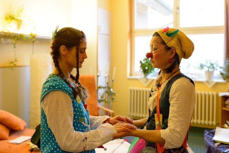 Die Potsdamer Klinikclowns Hella Propella und Nono Cordina stimmen sich vor dem Auftritt aufeinander ein