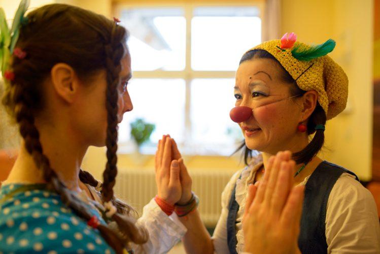Die gemeinsame Vorbereitung auf die Clownsvisite stärkt die beiden Klinikclowns und schweißt sie zusammen