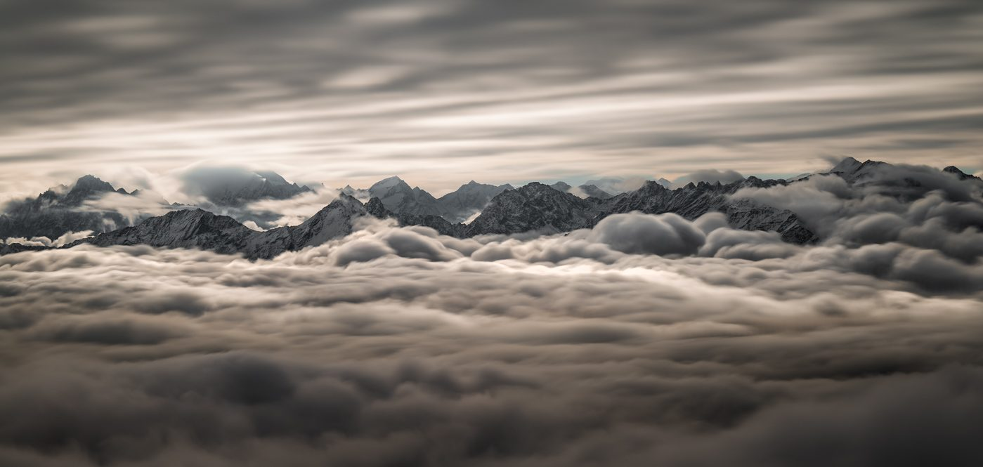 Berggipfel des Tiroler Oberlands über einem Wolkenmeer im Morgengrauen, fotografiert vom Schönjoch aus oberhalb von Serfaus-Fiss-Ladis