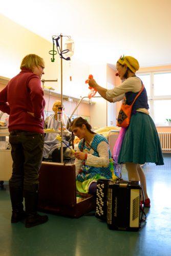 Bei Krankenbesuchen haben die Klinikclowns viele Utensilien dabei