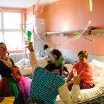 Die Potsdamer Klinikclowns machen Seifenblasen bei der Patientenvisite im Oder-Spree-Krankenhaus Beeskow in Brandenburg