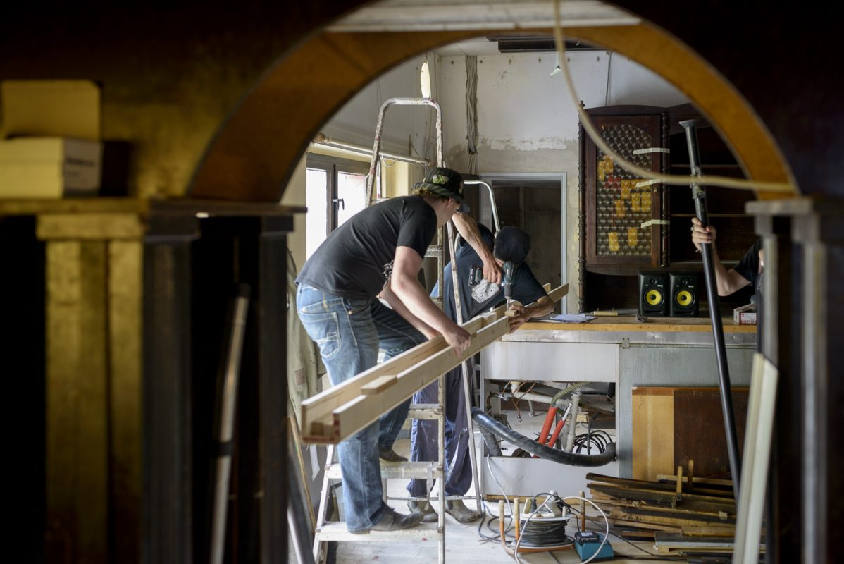 Handwerker Berlin handwerker bei der einrichtung des alt berlin sebastian höhn